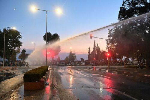 Сузавац, сигналне ракете и водени топови: Протест у Солуну против обавезне вакцинације